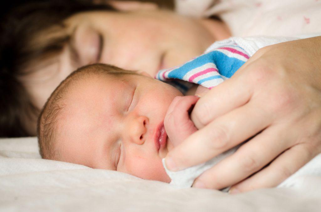bebé dormido con mamá