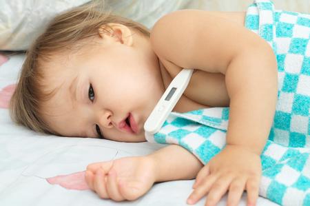 niño pequeño fiebre termometro