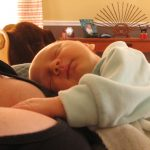 Mi bebé solo se duerme en brazos y cuando lo acuesto de despierta ¿Es normal?