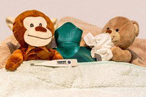 fiebre muñecos peluches cama