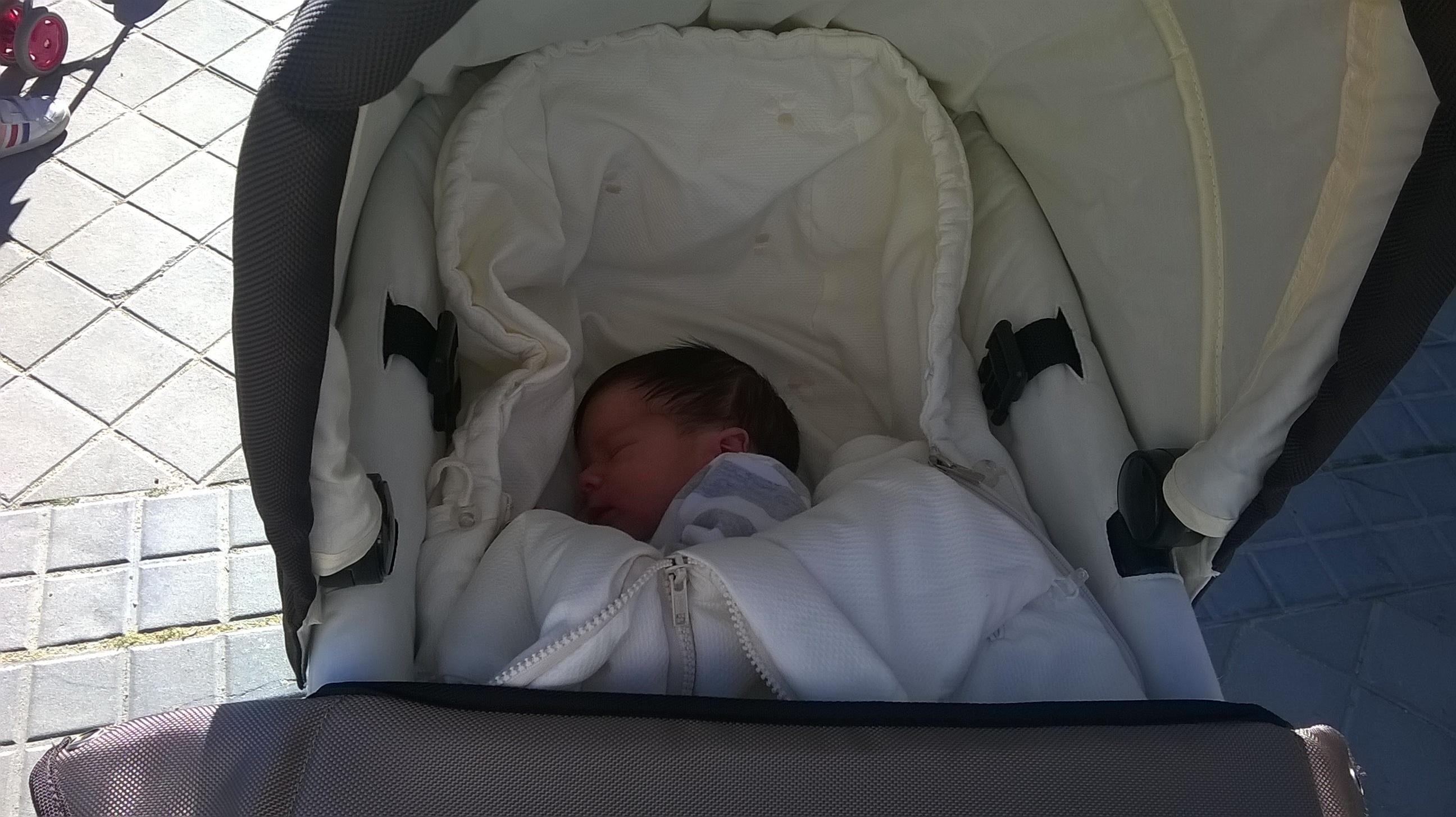 bebé en el cochecito